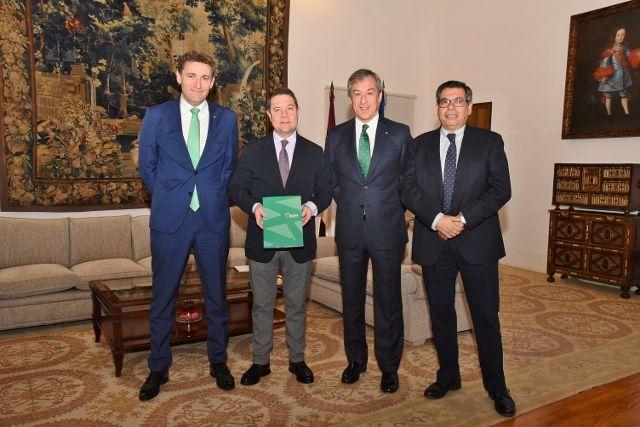 Eurocaja Rural entrega su Memoria Anual al presidente de la JCCM