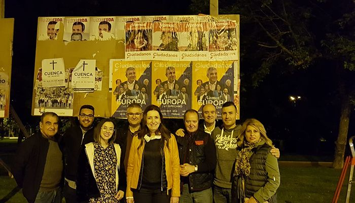 """Ciudadanos inicia la campaña electoral con la tradicional """"pegada de carteles"""" en Cuenca"""