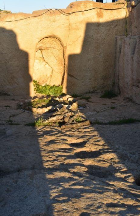 La Asociación Cultural La Cava de Garcinarro reúne este sábado a vecinos y curiosos para contemplar cómo el sol ilumina el altar del santuario del yacimiento de La Cava