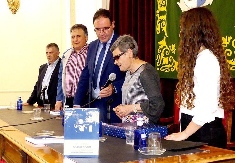 La escritora sordociega Mª Jesús Cañamares ve cumplido su gran sueño con la edición de su primer libro 'Relatos y punto'