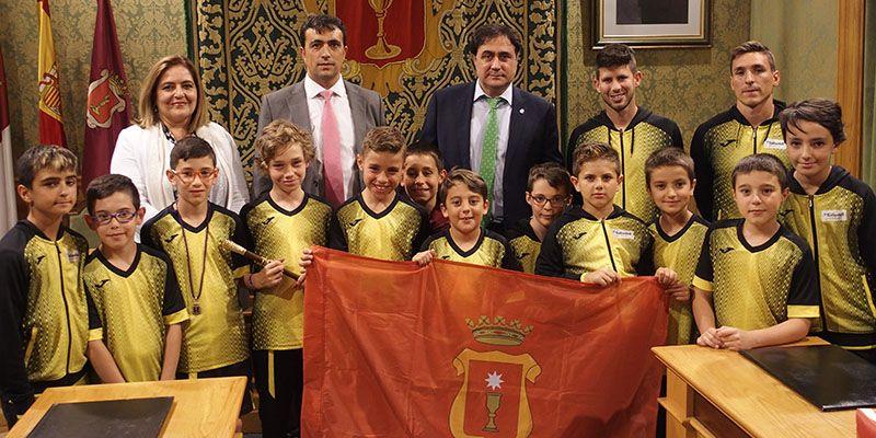 Mariscal felicita al Equipo Benjamín de Fútbol Sala por su éxito en el Campeonato Regional