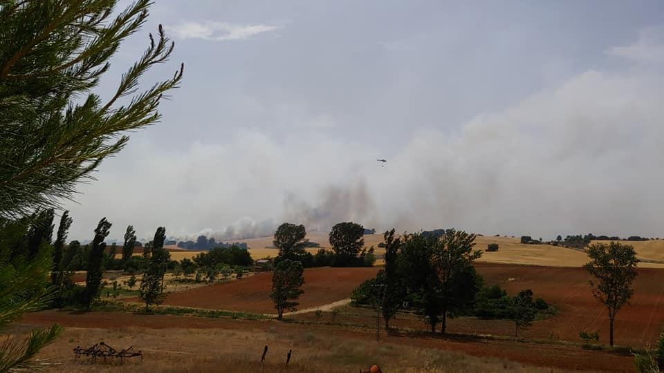 Un total de 26 medios, seis de ellos aéreos, y 96 personas luchan contra el fuego en un incendio declarado en Villar de Olalla