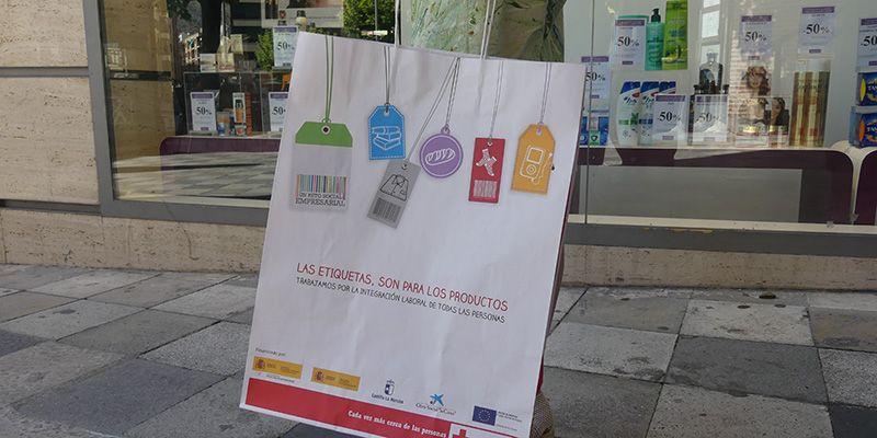 Cruz Roja Cuenca reparte 10.000 bolsas para reivindicar la integración laboral durante las rebajas