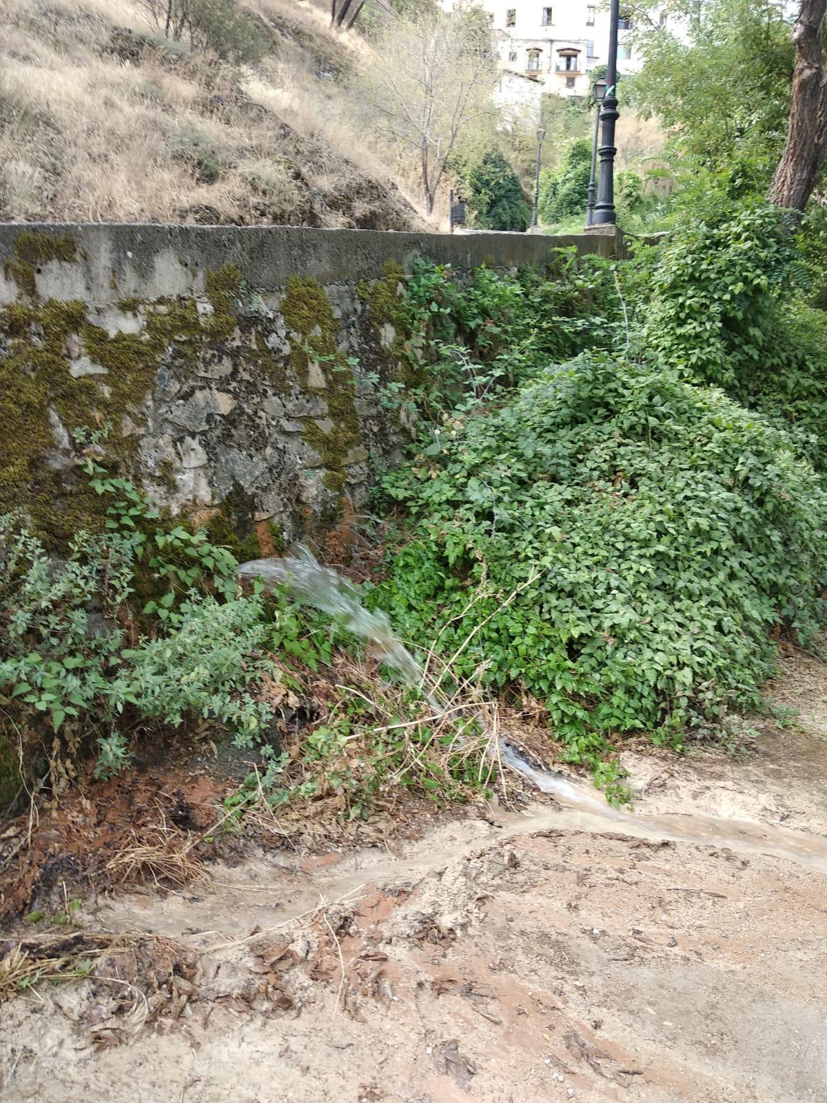 El Servicio Municipal de Aguas del Ayuntamiento de Cuenca repara una aparatosa avería en el paseo del Júcar