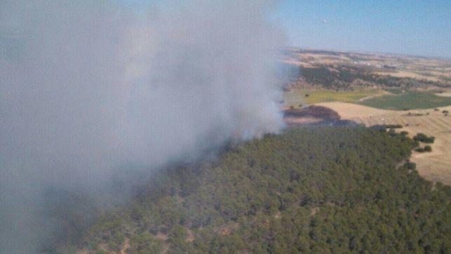 Seis medios, uno de ellos aéreo, y 40 personas luchan contra el fuego en un incendio declarado en Montalbanejo