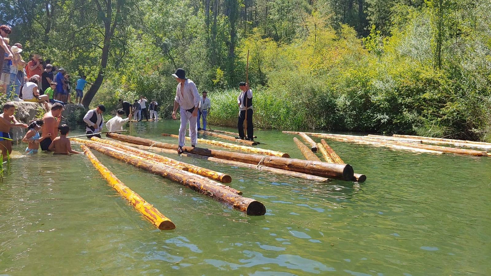El río Cuervo recrea las antiguas maderadas con la celebración de la XX Jornada Ganchera