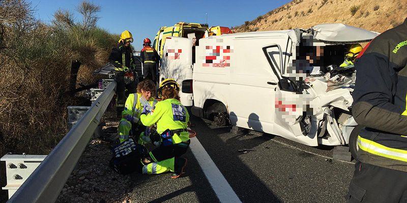 Espectacular rescate de los bomberos de Cuenca tra sun accidente de tráfico en Tébar