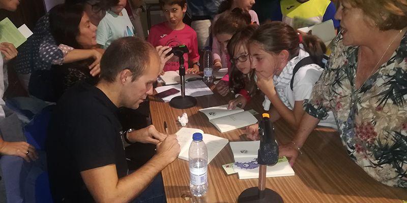 Unas 200 personas acompañan al 'cuentista' Sergio Vera en la presentación de su primera obra