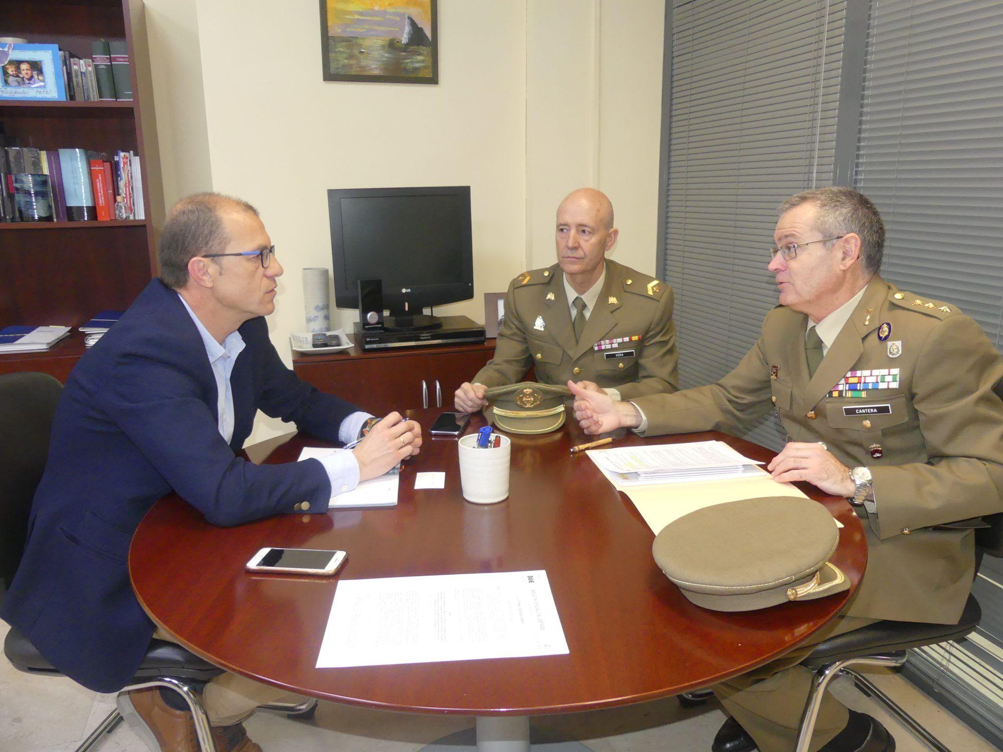 La patronal conquense colaborará con la Subdelegación de Defensa para facilitar la transición laboral de los militares