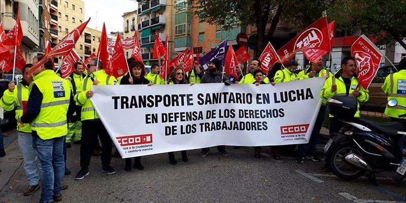 Más de cincuenta trabajadores de la UTE Ambulancias Cuenca se manifiestan para exigir el nuevo convenio colectivo