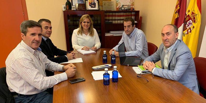 María Ángeles Martínez traslada al alcalde de Mariana el compromiso de la Junta para favorecer la llegada de empresas que puedan generar empleo
