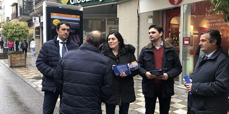 Serrano valora durante un paseo electoral en Cuenca que con Casado en La Moncloa la tarifa plana a los autónomos aumentará a 24 meses