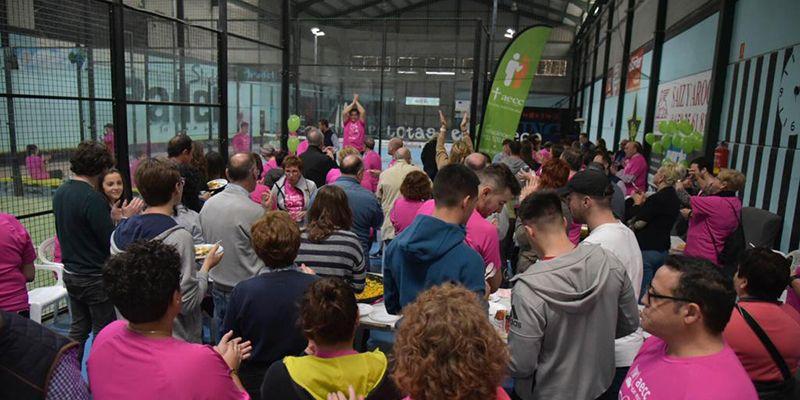 Una marea de camisetas rosas participa en el VI Maratón de Pádel en San Clemente