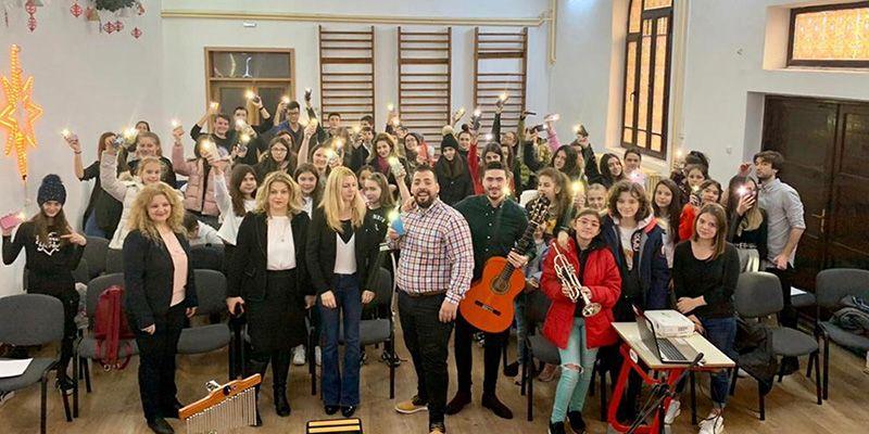 Dos alumnos de la Facultad de Educación de Ciudad Real llevan la cultura y la lengua española a colegios de Rumanía