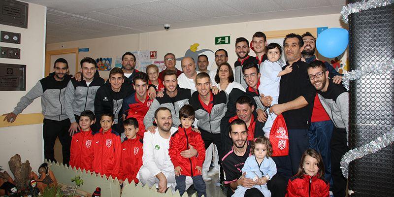 """El C.D. """"San José Obrero"""" ha visita a los niños ingresados en la planta de Pediatría del Hospital Virgen de la Luz de Cuenca"""
