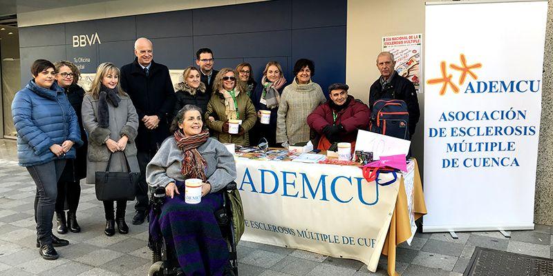 El subdelegado del Gobierno en Cuenca visita la mesa instalada por ADEMCU con motivo del Día Nacional de la Esclerosis Múltiple