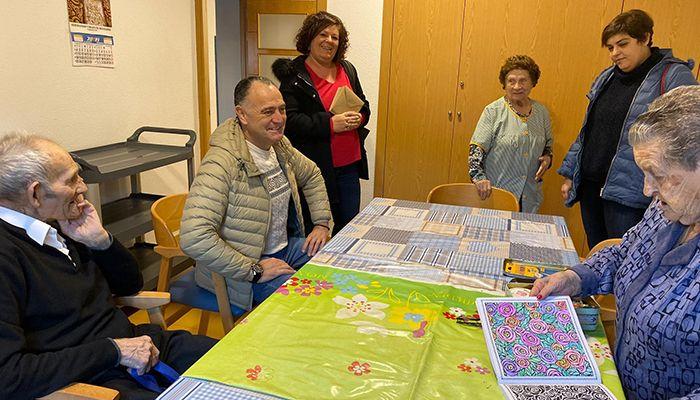 López Carrizo visita a los usuarios de las viviendas de mayores de Tarancón
