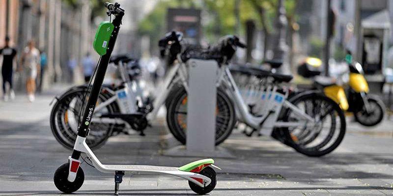 La DGT aclara que está prohibido circular por aceras y zonas peatonales con patinetes eléctricos