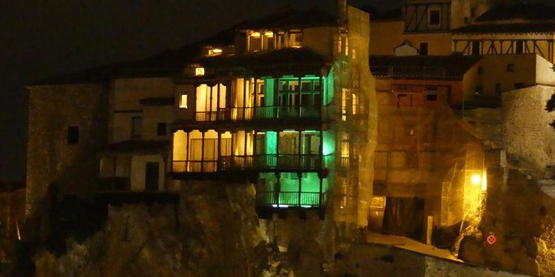Las Casas Colgadas de Cuenca se visten de amarillo y verde con motivo del Aniversario de la ONCE