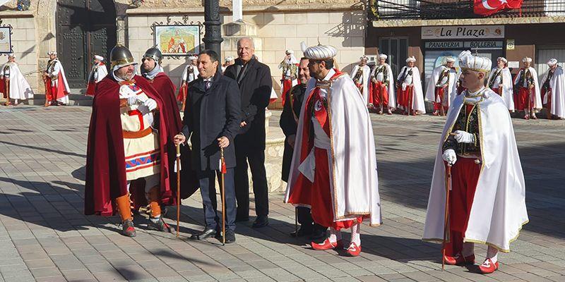 Martínez Chana muestra su apoyo a los Moros y Cristianos de Valverde para solucionar los problemas con la pólvora