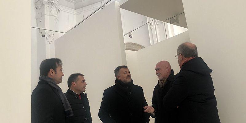 Roberto Polo visita la Iglesia de Santa Cruz, en la que se ubicará la exposición de Carolyn Marks Blackwood