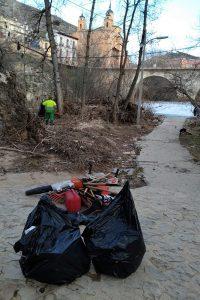El Ayuntamiento de Cuenca avanza en la limpieza de los márgenes de los ríos Júcar y Huécar