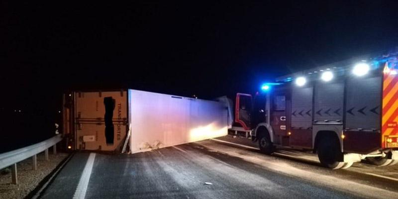 El vuelco de un camión a la altura de El Peral obliga a cortar tres kilómetros de la A-3 sentido Valencia