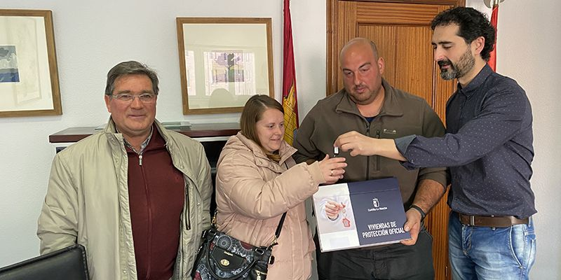 La Junta entrega una vivienda pública en la localidad de Casas de Benítez