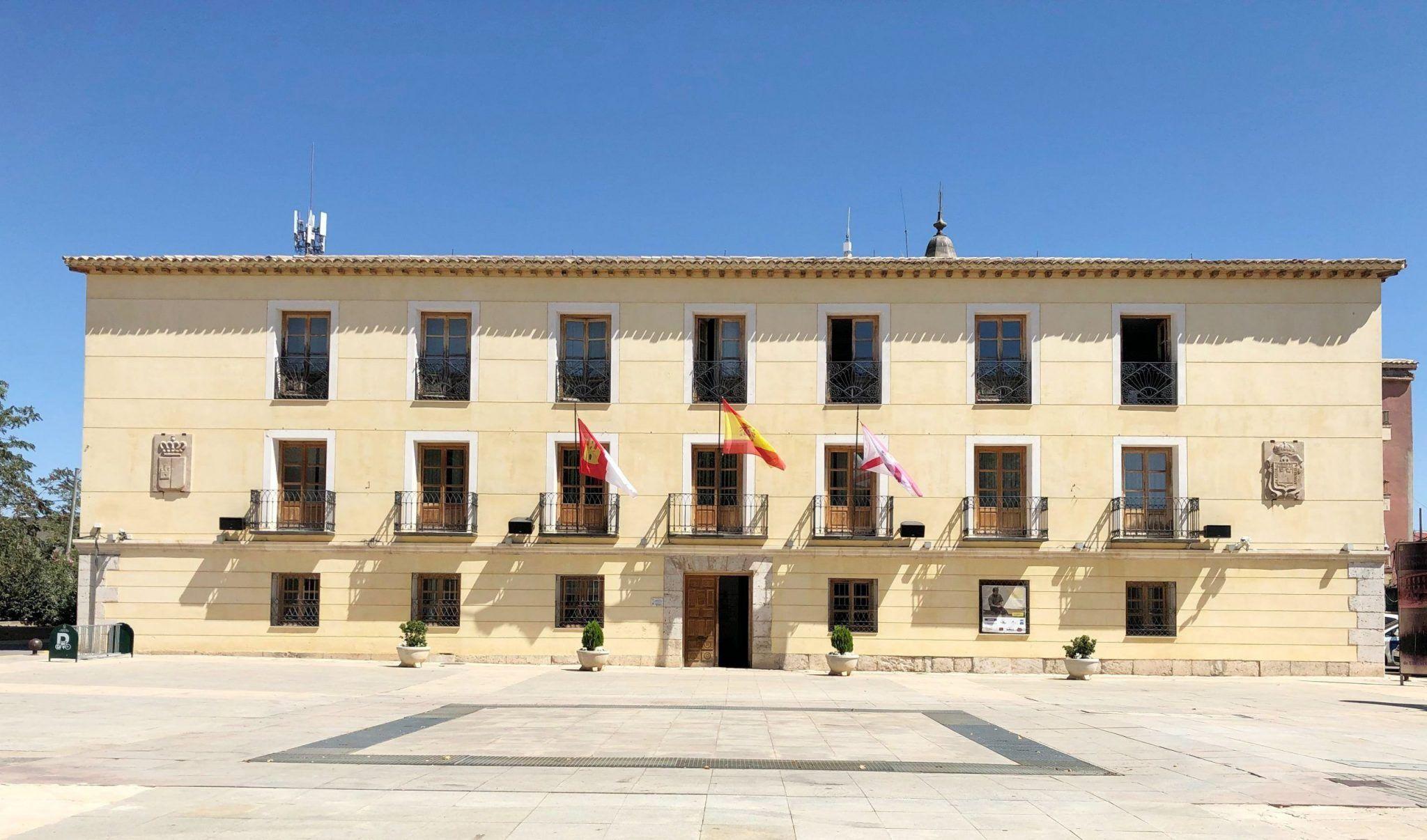 Las banderas del Ayuntamiento de Tarancón ondearán a media asta desde hoy en señal de duelo por los taranconeros fallecidos