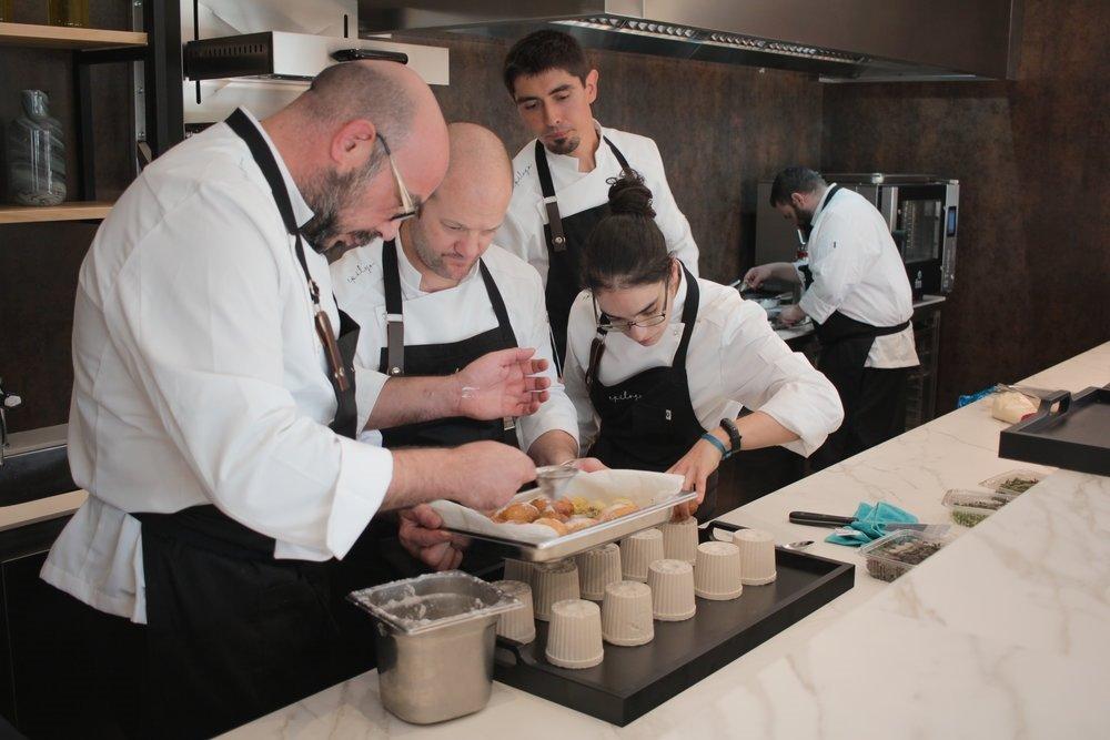 Pollo al ajillo, migas, alcachofas o torrijas, propuestas de grandes chefs de CLM para pasar la cuarentena