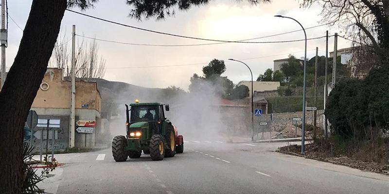 El Ayuntamiento de Huete y la Agrupación de Voluntarios de Protección Civil y agricultores voluntarios siguen desinfectando calles y espacios públicos