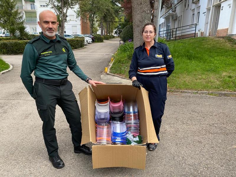 Guardia Civil, Policía Local, Correos y Bomberos ya tienen viseras de metacrilato gracias a los voluntarios conquenses
