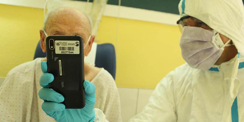 Pacientes ingresados con coronavirus y sus familiares han realizado un centenar de videollamadas en distintos hospitales de la región