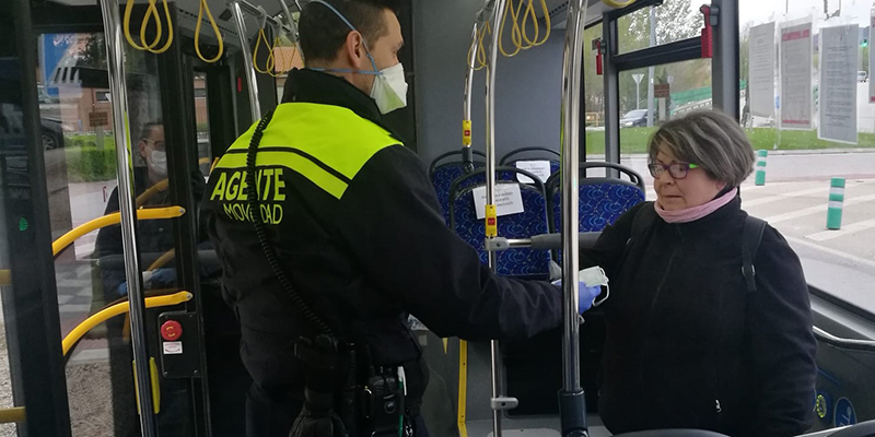 El Ayuntamiento de Cuenca reparte mascarillas en el transporte urbano