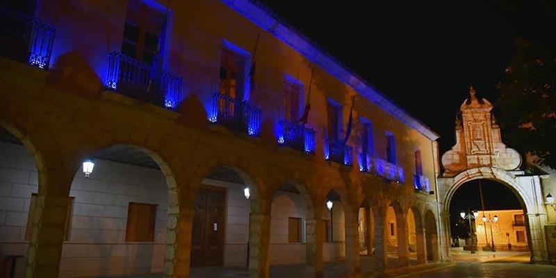El ayuntamiento de San Clemente tiñe los balcones de azul en homenaje a enfermeros y enfermeras