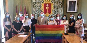 El Ayuntamiento de Cuenca conmemora el Día del Orgullo LGTBI con la lectura de un manifiesto y con las Casas Colgadas iluminadas con el arco iris
