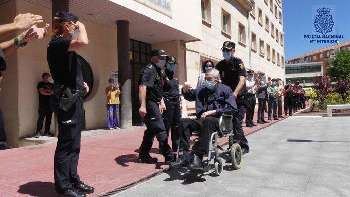 Emotiva bienvenida al comisario de Cuenca tras estar ingresado, por coronavirus, 77 días