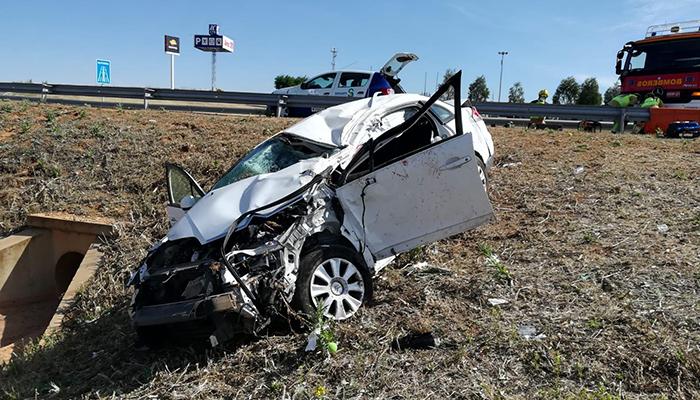 Espectacular accidente de un matrimonio octogenario en la A-3 a la altura de Cañada de Juncosa
