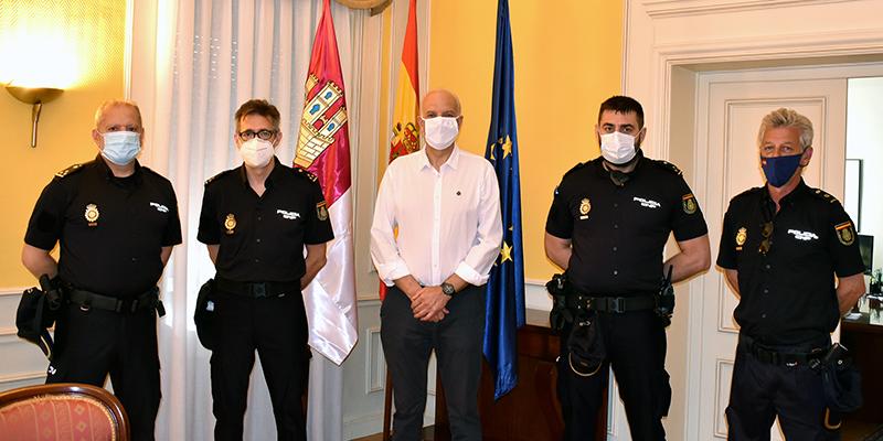 El subdelegado del Gobierno de España en Cuenca recibe a los tres nuevos inspectores de la Comisaría Provincial de la Policía Nacional