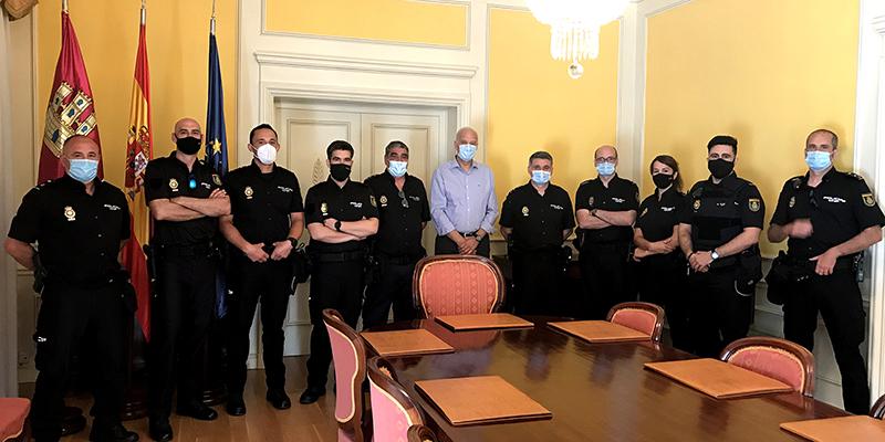 El subdelegado del Gobierno en Cuenca da la bienvenida a los nueve agentes de la Policía Nacional que se incorporan a la Comisaría Provincial