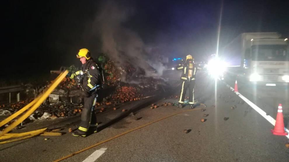 Espectacular incendio de un camión lleno de naranjas en la A-3 en Cuenca