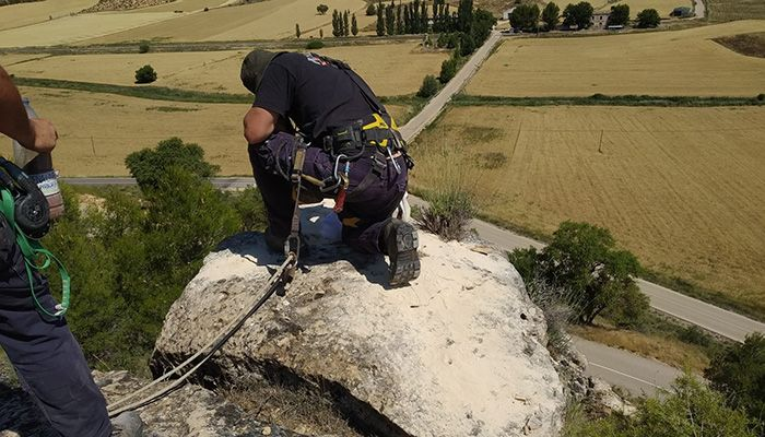 La Diputación de Cuenca detona los macizos montañosos situados en la carretera de Cuevas de Velasco ante el riesgo de derrumbe