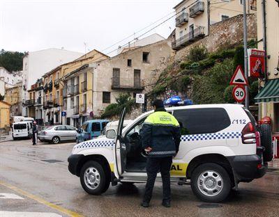 La reparación de una avería en el puente de San Antón por parte del Servicio Municipal de Aguas provoca restricciones de tráfico este miércoles