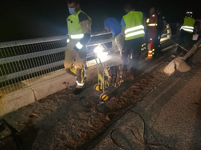 Buscan a una joven que salió despedida al pantano de Contreras tras sufrir un accidente de moto
