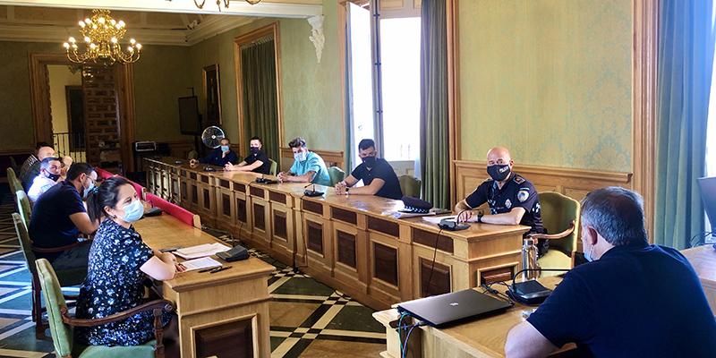 El Ayuntamiento de Cuenca pide la colaboración de los empresarios de ocio nocturno para velar por el cumplimiento de los horarios y la prohibición de beber en la calle