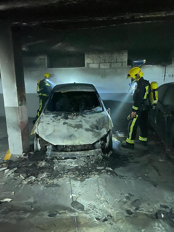 Evacuados los vecinos de un bloque de pisos en Arcas al arder un coche en un garaje comunitario