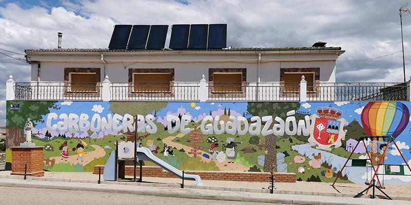 Carboneras de Guadazaón estrena mural decorativo en sus calles para embellecer el pueblo y como reclamo turístico