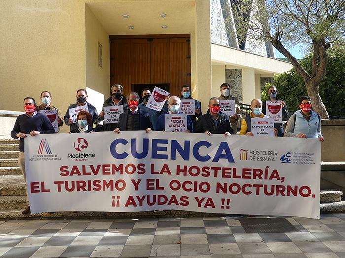 Concentración de los empresarios del sector en Cuenca con el lema 'salvemos la hostelería' para pedir ayudas y soluciones