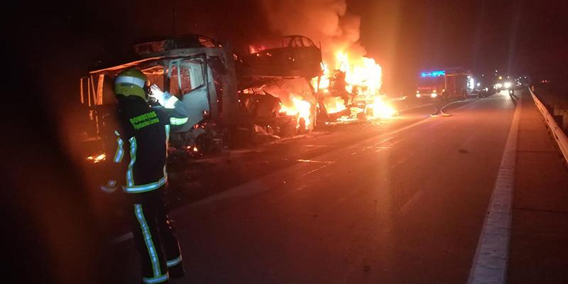 Cortada la A3 entre las localidades de Honrubia y El Cañavate por un espectacular incendio de un camión transportador de vehículos
