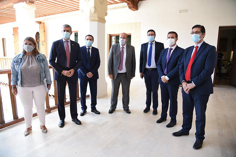 El Gobierno regional y las Diputaciones invertirán 10 millones de euros para reforzar la limpieza en los centros educativos